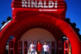 Renan Vicari posa ao lado do piloto do Chipre, Thanasis Fellas (esq.), e do representante da Rinaldi naquele país, Kyriacos Stavri